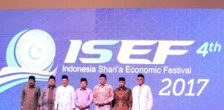 Tampak Gubernur Jatim Dr.H. Soekarwo Foto Bersama Dengan Wakil Presiden RI HM. Jusuf Kalla Serta Pejabat Tinggi Lainnya Pada Acara ISEF ke-4 Tahun 2017 di Grand City Convex Surabaya, Kamis (9/11/10/2017).