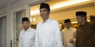 Presiden Joko Widodo (Jokowi) menghadiri acara buka puasa bersama di rumah dinas Ketua DPR Setya Novanto, Jakarta, Senin (5/6).