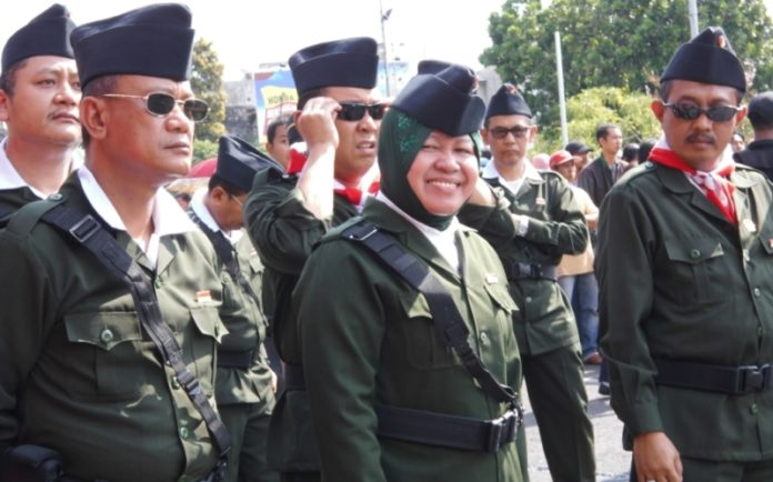 Wali Kota Tri Rismaharini yang menjadi inspektur upacara Hari Pahlawan menggunakan pakaian ala pejuang.