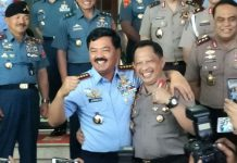 Panglima TNI, Marsekal Hadi Tjahjanto (kanan) bersama Kapolri, Jenderal Pol Tito Karnavian saat bertemu di Mabes TNI, Jakarta, Senin (11/12).
