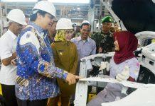 Menteri Perindustrian RI Airlangga Hartarto mengapresiasi pekerja wanita di pabrik Sokon.