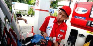 Ilustrasi Pegawai SPBU Pertamina sedang Isi Ulang BBM.