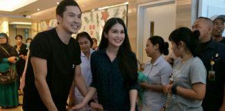 Sandra Dewi dan sang suami Harvey Moeis diabadikan bersama anak pertama mereka di Rumah Sakit Pondok