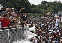 Menteri Kelautan dan Perikanan Susi Pudjiastuti (kedua kiri), menemui para nelayan dalam demo larangan penggunaan cantrang di depan Istana Merdeka, Jakarta