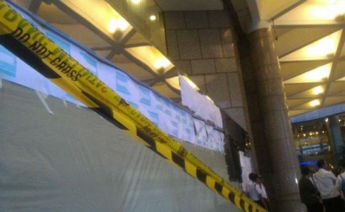 Atap selasar Gedung Bursa Efek Indonesia (BEI) di Jakarta, runtuh