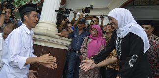 Presiden Jokowi saat bertemu denga menteri sosial Khofifah Indar Parawansa.