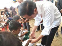 Interaksi Presiden dengan Anak Pengungsi Rakhine di Bangladesh.
