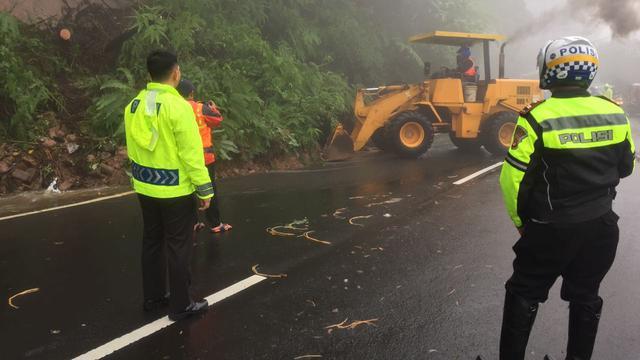 Polisi berjaga di lokasi longsor yang terjadi di kawasan Puncak Bogor, Jawa Barat (5/2). Menurut Kasat Lantas Polres Bogor AKP Hasby Ristama terjadi longsor di empa titik, di dekat Masjid Atta'awun, Riung Gunung, Gran Hill dan Widuri.