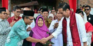 Jokowi Presiden menyerahkan sertifikat tanah rumah kelahiran Djamaluddin Adinegoro
