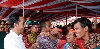 Antusias warga saat bertemu Presiden Joko Widodo.