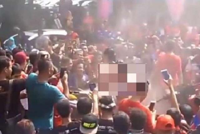 Pertunjukan tarian erotis di Pantai Kartini, Jepara, Jawa Tengah, saat perayaan ulang tahun