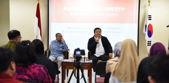 Dubes RI untuk Korea Selatan, Umar Hadi dalam dialog kebangsaan yang digelar persatuan pelajar Indonesia di Seoul, Korea Selatan, Minggu (15/4).