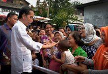 Presiden RI Jokowidodo Saat membagikan Paket Sembako Kepada Warga
