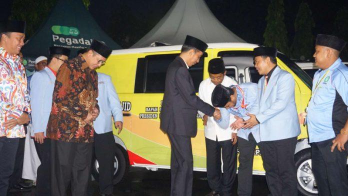 Presiden RI Jokowidodo Saat Memberikan Sumbangan Mobil Operasional Kepada Remaja Masjid BKPRMI