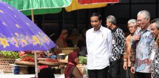 Presiden Jokowi berdialog dengan para edagang Pasar Sambi, Boyolali, Jawa Tengah
