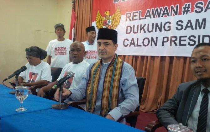 Pengusaha Sam Aliano mendeklarasikan diri sebagai calon presiden (capres) di Pilpres 2019. Dia menjanjikan umrah gratis untuk seluruh rakyat Indonesia.