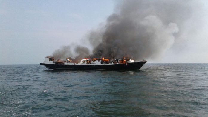 Kapal terbakar di Kepulauan Seribu.