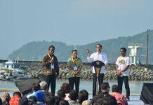 "Presiden Joko Widodo (kedua kanan) berdialog dengan nelayan saat peresmian Keramba Jaring Apung atau ""offshore"" di Pelabuhan Pendaratan Ikan (PPI) Cikidang, Babakan, Kabupaten Pangandaran, Jawa Barat, Selasa (24/4)."