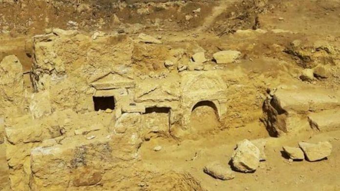 Pintu masuk kuil langka di Al-Salam