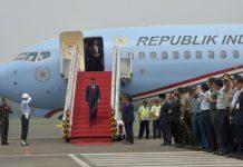 Presiden Joko Widodo saat menuruni tangga Pesawat Kepresidenan Indonesia-1 setelah tiba di Bandara Internasional Jawa Barat (BIJB) Kertajati.