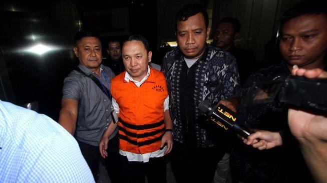 Bupati Halmahera Timur Maluku Utara Rudi Erawan kedua kiri dengan rompi tahanan keluar dari gedung KPK usai menjalani pemeriksaan di Jakarta