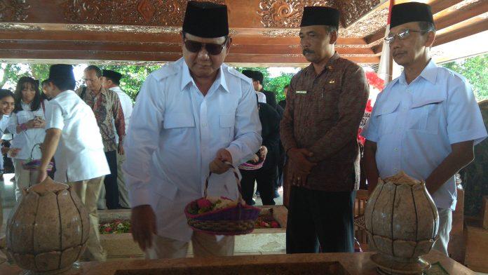 Ketua Umum Partai Gerindra Prabowo Subianto Saat berziarah ke makam Presiden RI pertama Soekarno