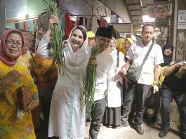 Emil Ajak Istri Cantiknya Blusukan di Tiga Pasar