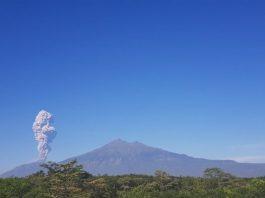 Gunung Merapi Mengeluarkan Asap Tebal