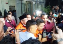 Wali kota kendari dan cagub sultra resmi kenakan rompi tahanan kpk