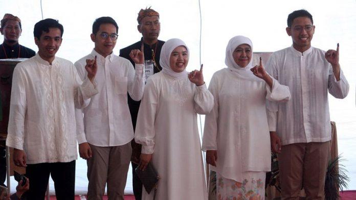 Kompak Berbaju Putih, Khofifah dan Keluarga Nyoblos di TPS 16 Jemursari