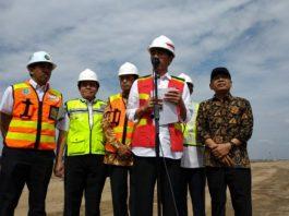 Presiden Jokowi meninjau proyek pengerjaan runway di terminal III Bandara Soekarno Hatta, Kamis (21/6).