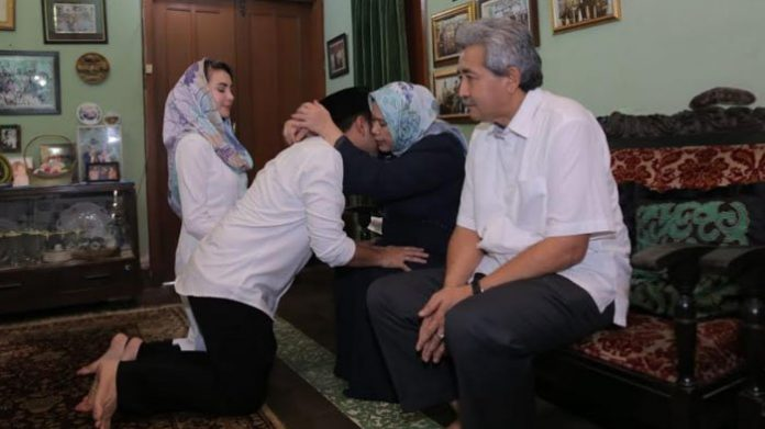 Emil Elestianto Dardak dan Arumi Bachsin Sungkem Pada Orang Tua dan Keluarga