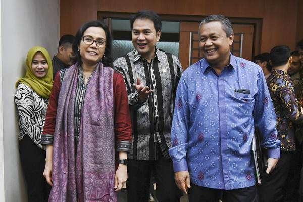 Menteri Keuangan Sri Mulyani (kiri) bersama Gubernur BI Perry Warjiyo (kanan) dan Ketua Badan Anggaran DPR Azis Syamsuddin (tengah)