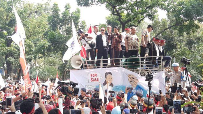 Karyawan melakukan aksi unjuk rasa di depan Kantor Pusat Petamina di Jalan Medan Merdeka Timur Jakarta Pusat.
