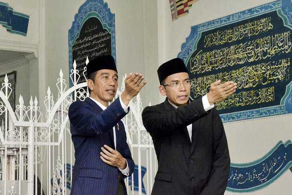 Presiden Joko Widodo (kiri) didampingi Gubernur NTB, TGB Zainul Majdi saat berziarah ke makam Pahlawan Nasional Maulana Syekh TGKH Muhammad Zainuddin Abdul