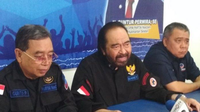 Ketua Umum Partai Nasdem Surya Paloh (tengah).