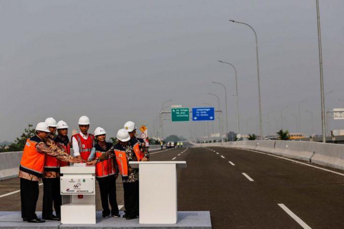 Presiden Joko Widodo meresmikan jalan tol Bekasi-Cawang-Kampung Melayu Seksi 1B & 1C Cipinang-Jakasampurna, Bekasi, Jawa Barat, Jumat, 3 November 2017.