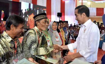 Momen Presiden Jokowi saat menyerahkan sertifikat tanah ke masyarakat di Cigombong.