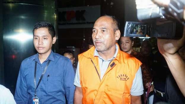 Deputi IV Kementerian Pemuda dan Olahraga Mulyana, resmi memakai rompi tahanan seusai menjalani pemeriksaan pasca terjaring operasi tangkap tangan KPK suap Deputi Kemenpora, di Gedung Komisi Pemberantasan Korupsi, Jakarta, Kamis, 20 Desember 2018.