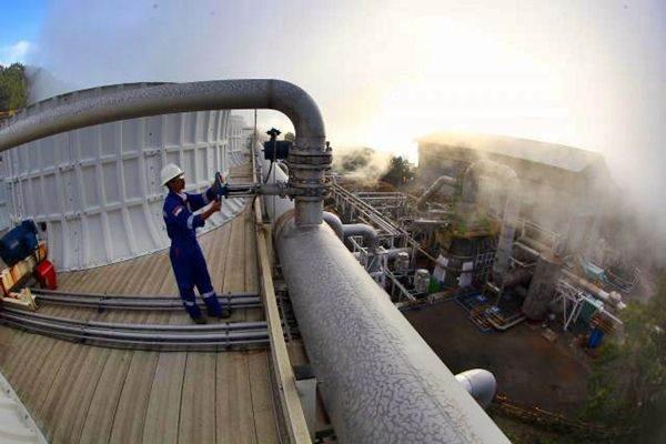 Pekerja melakukan pemeriksaan rutin jaringan instalasi pipa di wilayah Pembangkit Listrik Tenaga Panas Bumi (PLTP).