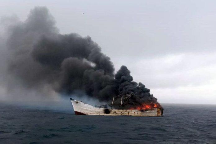 Kapal ikan di Halmahera terbakar.
