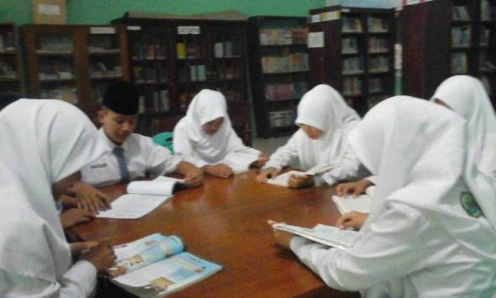 ilustrasi siswa belajar diperpustakaanilustrasi siswa belajar diperpustakaan