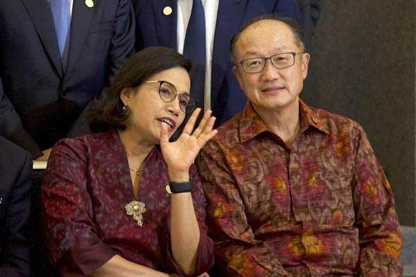 Menteri Keuangan Sri Mulyani (kiri) berbincang dengan Presiden Grup Bank Dunia Jim Yong Kim sebelum melakukan sesi foto