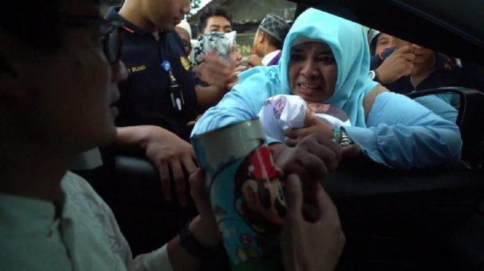 Sandiaga Uno saat menerima celengan sumbangan dari Umi.