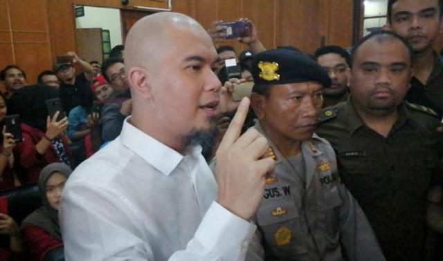 Ahmad Dhani saat memasuki ruang sidang di Pengadilan Negeri Surabaya