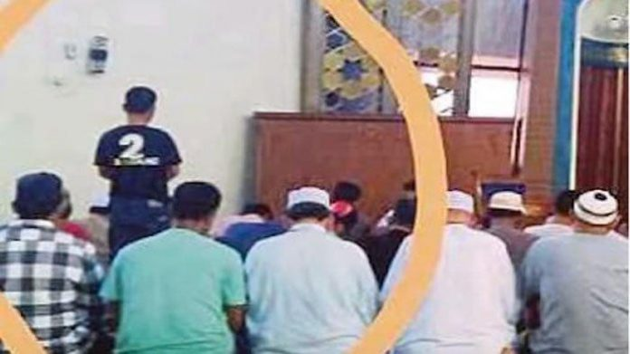 Viral Video Lelaki Berdiri Kaku 1 Jam saat Salat Berjamaah.