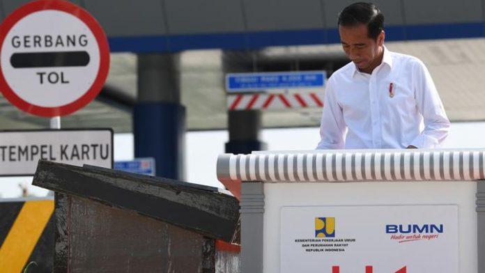 Presiden Joko Widodo membubuhkan tanda tangan ketika meresmikan tol Trans Sumatera ruas Bakauheni - Terbanggi Besar.