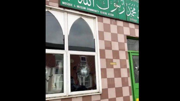 Jendela yang rusak setelah diserang oleh seorang pria di salah satu masjid di Birmingham.