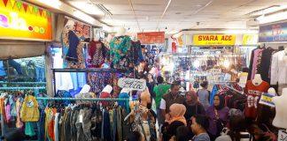 Memasuki Bulan Suci Ramadhan, Pasar Tanah Abang diserbu masyarakat untuk memenuhi kebutuhannya. Mulai dari pakaian sampai makanan khas Ramadhan.