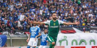 Gelandang Persebaya Surabaya, Manuchekhr Dzhalilov, melakukan selebrasi usai membobol gawang Persib Bandung.